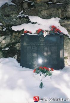 Pamätná tabuľa obetí lavíny vKulichovej doline -(foto: D.Rakyta)