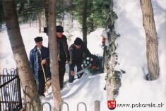 Starosta Pohorelej Ing.Karol Lysina s Michalom Gálikom aTomášom Frajtom pri kladení venca kpomníku obetí lavíny -(foto: D.Rakyta