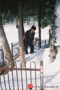 Prednosta Obvodného úradu vBrezne Milan Vojtko kladie kyticu kvetov k pamätníku obetí lavíny -(foto: D.Rykyta)