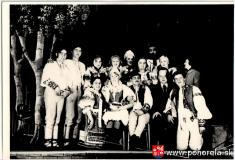 Pohorelskí divadelní ochotníci -- r.1970 - Kamenný chodníček  vstoji zľava doprava: Ondrej Polák (mládenec Ďuro), Ján Kyba (mládenec Ondro), Anna Simanová (dievča-speváčka), Anna Poláková (dievča-speváčka), Mária Tlučáková (Tereza), Júlia Chromčová (diev