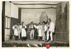 rok 1936- Účastníci divadelného krúžku Jánošikovi chlapci -na javisku mesta Brezna, kde získali prvú cenu  Záznam zobecnej kroniky (bez gramatických aštylistických úprav): Vokresnom meste vBrezne dňa 1.mája 1936boly poriadané okresné divadelné závo