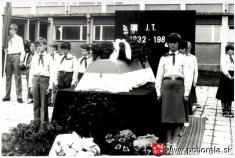 Ján Tešlár -- čestná stráž pri rakve so zosnulým Jánom Tešlárom naškolskom nádvorí