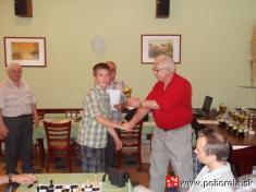FIDE Open Pohorela 2010-- Cenu pre najlepšieho domáceho hráča preberá Kanoš Peter    Od1.8. - 7.8.2010 sa konal šachový turnaj už 10.ročník šachového turnaja Fide Open Pohorelá.   Oproti predošlým ročníkom turnaj bol vtrvaní sedem dni zaúčasti 31hrá