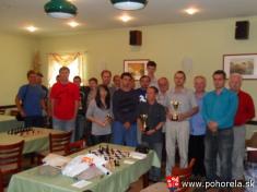 FIDE Open Pohorela 2010-- spoločné foto úspešných účastníkov turnaja    Od1.8. - 7.8.2010 sa konal šachový turnaj už 10.ročník šachového turnaja Fide Open Pohorelá.   Oproti predošlým ročníkom turnaj bol vtrvaní sedem dni zaúčasti 31hráčov zo Sloven