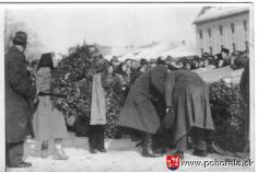 Lavínové nešťastie lesných robotníkov 1956-Smútočná rozlúčka sobeťami lavíny nabreznianskom námestí 12.8.1956