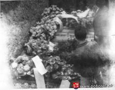 Lavínové nešťastie lesných robotníkov 1956-Truhly sobeťami vspoločnom hrobe vPohorelej