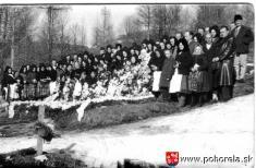 Lavínové nešťastie lesných robotníkov 1956-Pozostali pri hroboch pocirkevnom pohrabe