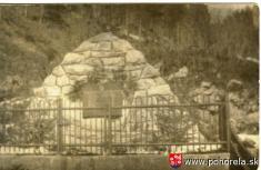 Lavínové nešťastie lesných robotníkov 1956-Mohyla vhorách nadDllnou Lehotou