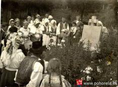 Lavínové nešťastie lesných robotníkov 1956-Pozostalí pri pomníku vPohorelej