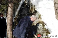 Lavínové nešťastie lesných robotníkov 1956-Prezident SR Ivan Gašparovič kladie vence kmohyle vKulichovej doline