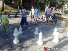Šachový týždeň 2009-- Mládež prenáša figúrky napokyn aktérov zápasu Miro Pálka -ŠK Senica J. Kanoš -ŠK Orlová Pohorelá