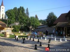 Šachový týždeň 2009-- priebeh partií nanámestí - vpozadí  náš kostol
