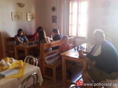 Šachový týždeň 2009-- Nasústredení vpenzióne Hron - p.Kanoš zaúča dotajov kráľovskej hry -  pozorne sledujúci Danielko Pompura