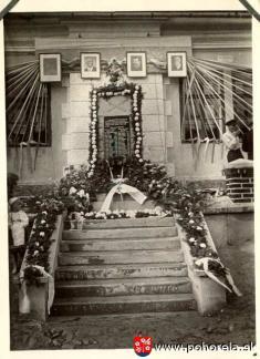 Pomník napamiatku padlých -29.8.1947 - pohľad naozdobený pomník pri slávnosti odhalenia