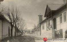1941, Hodžová ulica -(teraz Nová ulica): vpravo obecný dom (staré MNV, teraz predajňa areštaurácia PodOrlovou), zaním hasičská strážnica (požiarna zbrojnica), oproti obecného domu budova Potravného družstva (teraz Pohostinstvo Malecká);  Zápis vobecne