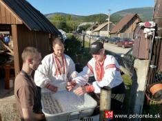Dni obce 2013-Návštevníci si mohli ochutnať inaše typické tradičné jedlo - pohoreľské guľky