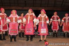Dni obce 2013-Folklórny večer podOrlovou - pamätníčky - zakladajúce členky súboru (foto: G.Buvalová)