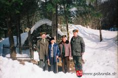 Michal Gálik aTomáš Frajt so zástupcami Lesnej správy Predajná pred pamätníkom obetí lavíny -(foto: D.Rakyta)